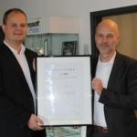 Nico Lüdemann und Christian Meetz freuen sich über die Erneuerung des ISO27001-Zertifikates